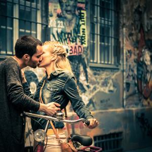 Großstadt-Liebe: ein verliebtes Pärchen im Gefühlsrausch